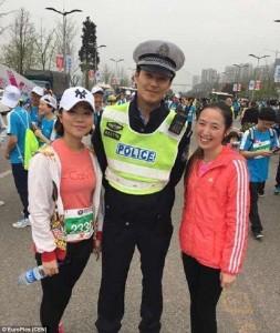 Polisi Tampan Dikerubuti Ratusan Wanita Di Jalan