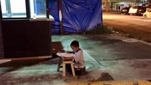 Anak Ini Kerjakan Tugas Sekolah Di Depan Restoran