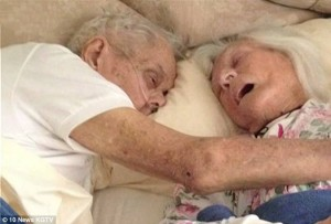 75 Tahun Menikah, Pasangan Ini Meninggal Berpelukan