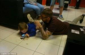Potong Rambut Anak Autis, Pria Ini Berbaring Di Lantai