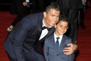 Cristiano Ronaldo Bersikeras Besarkan Anak Tanpa Ibu