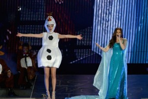 Nyanyikan 'Let It Go', Taylor Swift Kenakan Kostum Olaf