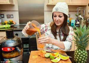 Wanita Ini Lawan Kanker Hanya Dengan Minum Jus