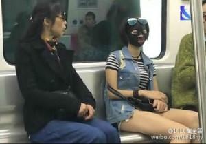 Wanita Ini Kenakan Masker Wajah Di Kereta