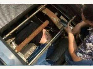 Petugas Reparasi Ditelan Mesin Eskalator Di China