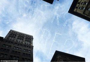 Seorang Pria Lamar Kekasihnya Dengan Menulis Pesan Di Langit