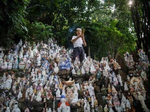 Pria Ini Merawat 8.000 Patung Religi Yang Terbuang