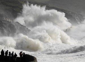 Badai Ophelia Tewaskan 3 Orang Di Irlandia