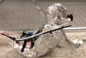 Ilmuwan Membuat Robot Bayi Aluminium Foil Untuk Penelitian
