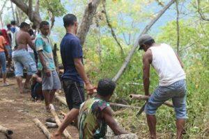 Tutup Kegiatan Semana Santa, KMK Undana Ikut Kerja Bakti Di Pulau Waibalun