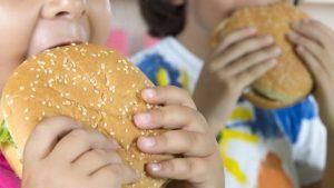 Penelitian: Media Sosial Mendorong Anak-anak Makan Lebih Banyak