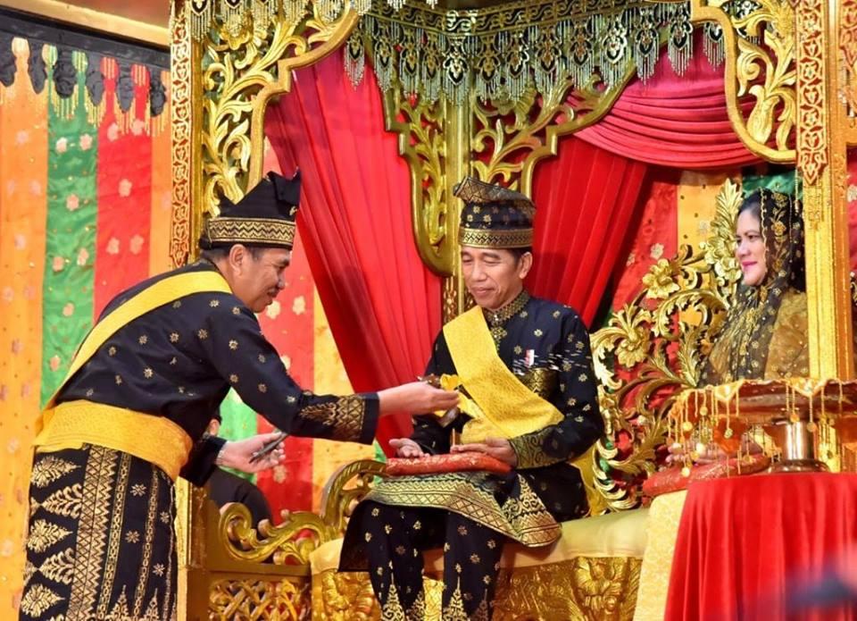 Terima Gelar Kehormatan Adat Riau, Presiden Jokowi Tulis Pantun Sebagai Ucapan Terima Kasih