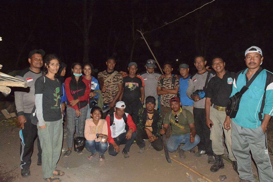 Satpol PP, PILAR Dan Belegans Community Padamkan Titik Api Di Gunung (Ile) Mandiri Pada Malam Hari