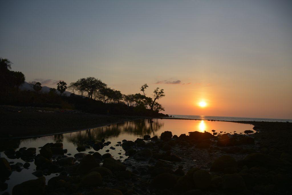Foto Indahnya Sunset Di Pantai Kawaliwu, Flores Timur